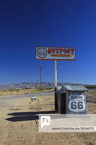 Werbeschild und Verkaufsstände entlang der historischen Route 66  Antares  Kingman  Arizona  USA  Nordamerika