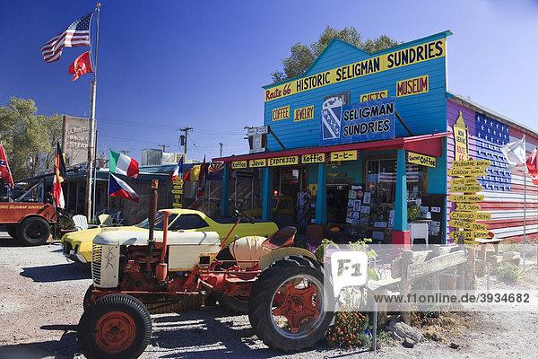 Souvenirladen und alter Traktor entlang der historischen Route 66  Antares  Kingman  Arizona  USA  Nordamerika