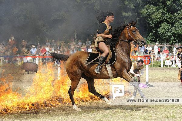 Frau reitet mit Pferd durch Feuer  Amazone  Ponyschau Wenigenauma  Thüringen  Deutschland  Europa