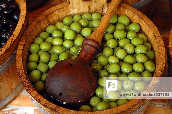 Grüne Oliven in einem Holzbottich mit Holz-Schöpflöffel auf dem Borough Market  8 Southwark Street  London  England  Großbritannien  Europa