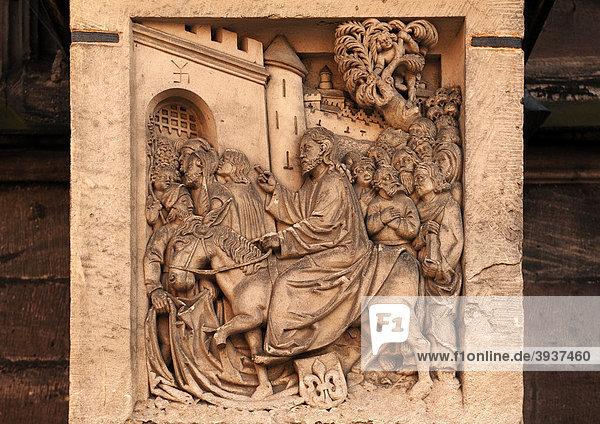 Jesus zieht in Jerusalem ein  alte Relieftafel an der Sebalduskirche  Albrecht-Dürer-Platz 1  Nürnberg  Mittelfranken  Bayern  Deutschland Europa
