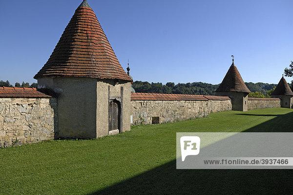 Befestigungsmauer mit Wehrtürmen  14.-15. Jhd  auf der Burganlage  Burg Nr. 48  Burghausen  Oberbayern  Deutschland  Europa