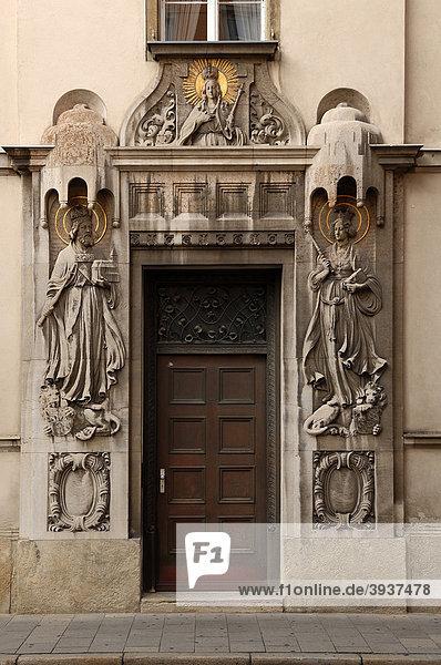 Eingangsportal mit Heiligenfiguren  Dreikronengasse 1  Regensburg  Oberpfalz  Bayern  Deutschland  Europa