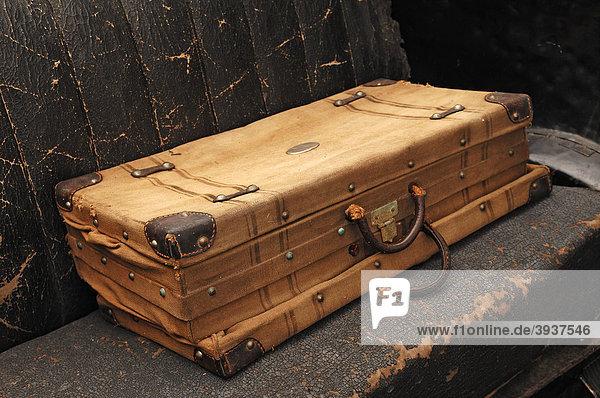 Alter Koffer auf dem Rücksitz eines alten Citroen  von der Tour de France  1932  Colmar  Elass  Frankreich  Europa