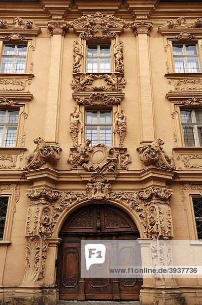 Dekorativer Eingang des Böttingerhauses  erbaut von Johann Ignaz Böttinger  1707-1713  mit geschnitzter Eichentür  Judenstraße 14  Bamberg  Oberfranken  Bayern  Deutschland  Europa