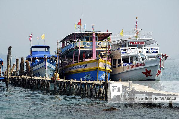 Ausflugsboote  Boote vor der Insel Koh Wai  Koh Chang Archipel  Nationalpark Mu Ko Chang  Trat  Golf von Thailand  Thailand  Asien