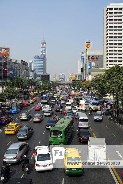 Straße mit Autos und sonstigem Stadtverkehr  Ratchadamri Road  Pathumwan  Pathum Wan Bezirk  Bangkok  Krung Thep  Thailand  Asien