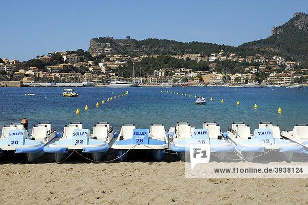Tretboote am Strand  Playa Puerto Soller  Port de Soller  Mallorca  Balearen  Balearische Inseln  Mittelmeer  Spanien  Europa