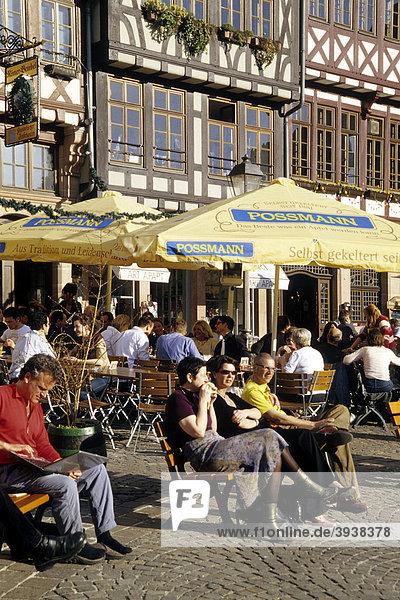 Bar und Cafe  rekonstruierte Fachwerkhäuser am Römerberg in der Altstadt  Frankfurt am Main  Hessen  Deutschland  Europa