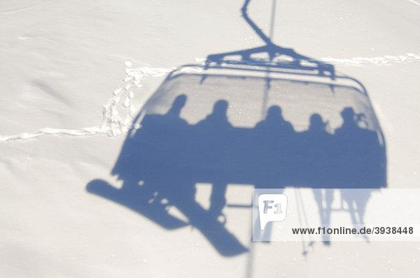 Skifahrer,  Snowboarder in Sessellift,  Skigebiet Ischgl,  Tirol,  Österreich,  Europa