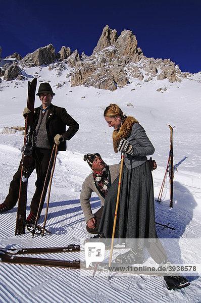 Teilnehmer beim Nostalgie-Skirennen  Sella Ronda  Grödner Joch  Gröden  Südtirol  Italien  Europa