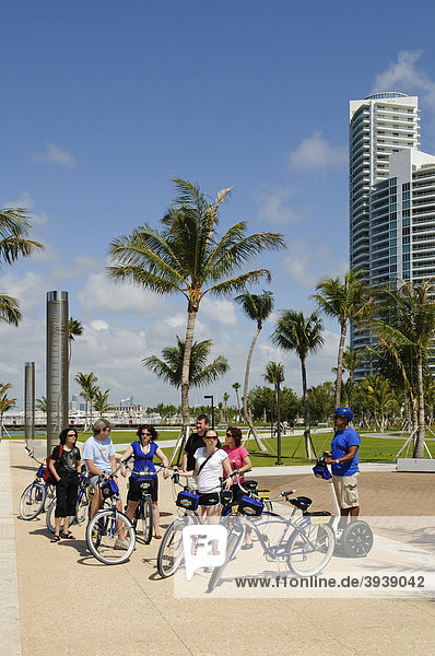 Touristen bei Radtour  South Pointe Park  Miami South Beach  Florida  USA