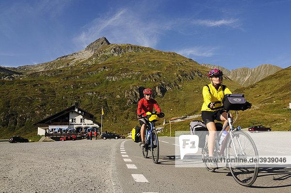 Radfahrer am Oberalppass  Graubünden  Schweiz  Europa