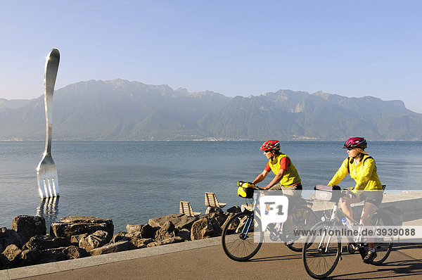 Radfahrer beim Kunstwerk von Jean-Pierre Zaugg  La Fourchette  Vevey  Genfer See  Kanton Waadt  Schweiz  Europa Kanton Waadt