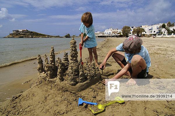 Kinder bauen Sandburg  St.George Beach  Naxos  Kykladen  Griechenland  Europa