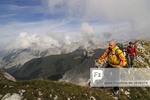 Hikers  Goetheweg trail  Karwendelgebirge mountains  Innsbruck  Tyrol  Austria  Europe