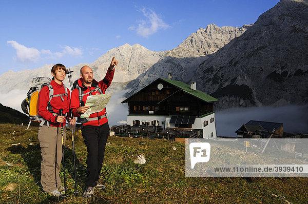 Wanderer vor der Pfeishütte  Goetheweg  Karwendelgebirge  Innsbruck  Tirol  Österreich  Europa