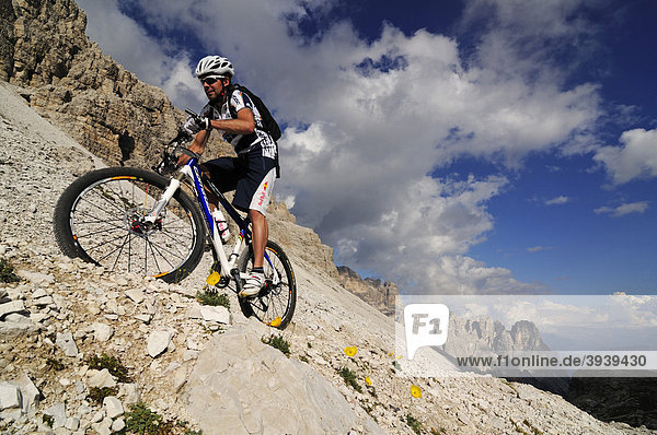 Mountainbike-Profi Roland Stauder vor dem Paternkofel  Hochpustertal  Dolomiten  Südtirol  Italien  Europa