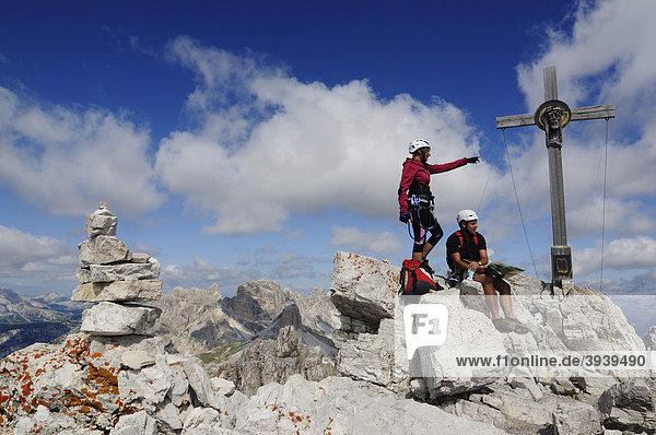 Kletterer bei Klettersteig-Tour auf den Paternkofel  Hochpustertal  Sextener Dolomiten  Südtirol  Italien  Europa