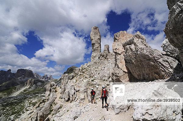 Kletterer bei Klettersteig-Tour auf den Paternkofel  Wiener Würstel-Felsturm  Hochpustertal  Sextener Dolomiten  Südtirol  Italien  Europa