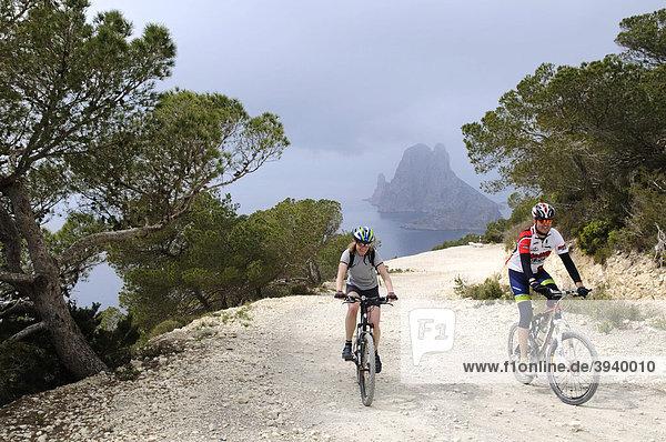 Mountainbiker am Cap Blanc  Insel Es Vedra  Ibiza  Pityusen  Balearen  Spanien  Europa