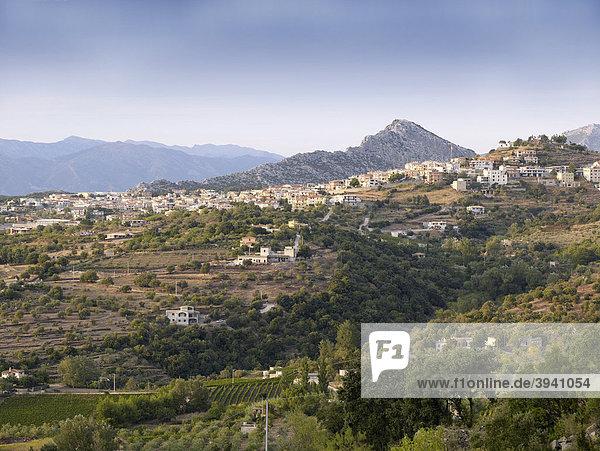 Sardinisches Bergdorf Dorgali in der felsigen Hochebene Supramonte  Ostküste Sardinien  Italien  Europa