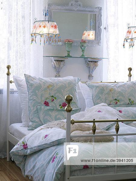 Romantisches schlafzimmer mit nostalgischem bett iblola01332988 imagebroker for Romantisches schlafzimmer