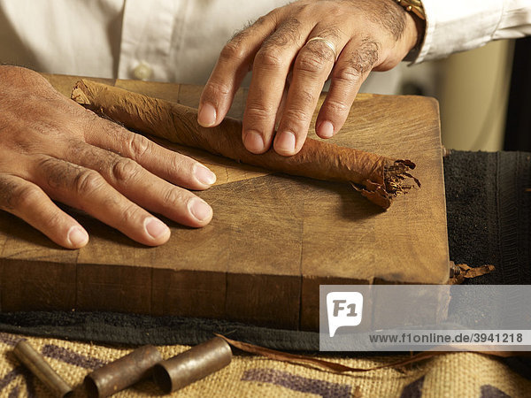 cuban cigar roller rolling tobacco leaves for the manufacture of cigars iblola01334223. Black Bedroom Furniture Sets. Home Design Ideas