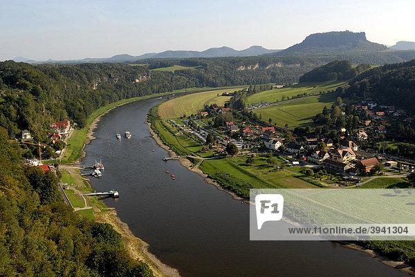 Blick auf den Nationalpark Sächsische Schweiz mit Lilienstein  Elbe und Kurort Rathen von der Bastei aus  Rathen  Sächsische Schweiz  Sachsen  Deutschland  Europa