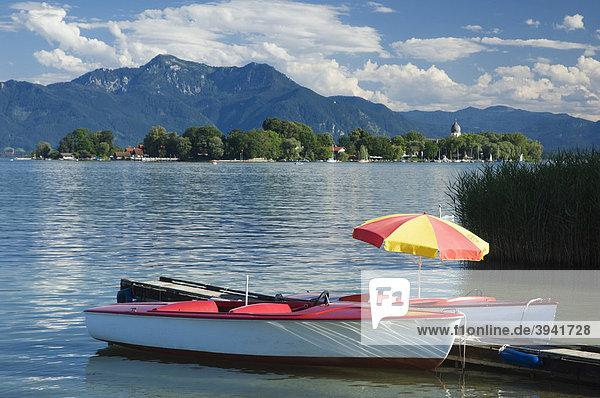 Tretboote bei Gstadt  Blick zur Fraueninsel  Chiemsee  Chiemgau  Oberbayern  Bayern  Deutschland  Europa