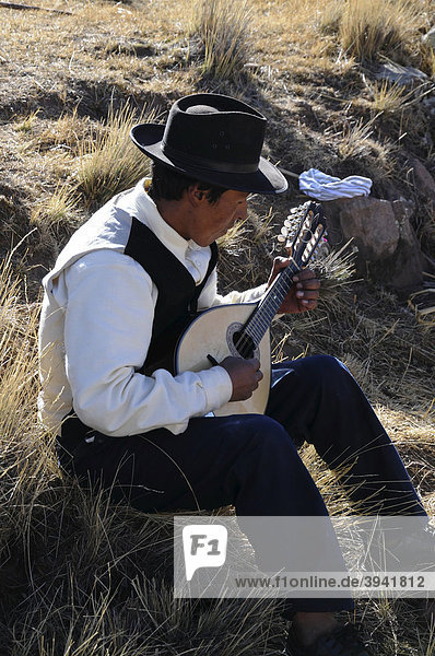 Gitarre  Mann  Gemeinde Llachon  Halbinsel Capachica  Peru  Südamerika  Lateinamerika