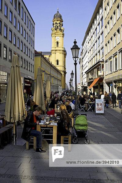 StraßencafÈ  Theatinerstraße  Theatinerkirche  München  Oberbayern  Deutschland  Europa