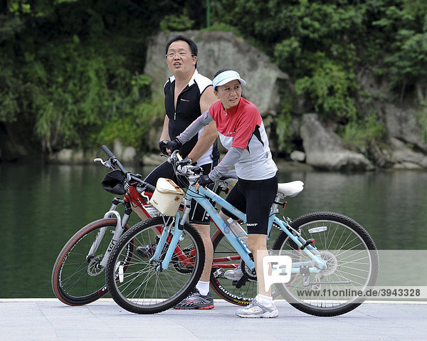 Paar mit Mountainbikes  Taipeh  Taiwan  Asien