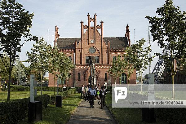 Besucher der Zeche Zollern in Dortmund  Teil der Route der Industriekultur durchs Ruhrgebiet in Nordrhein-Westfalen  Deutschland  Europa