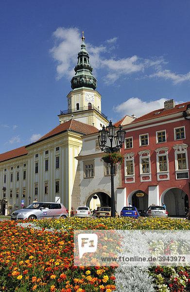 Häuser und Turm des Erzbischöfliches Schlosses  Velke namesti Hauptplatz  in Kromeriz  Kremsier  Tschechische Republik  Europa