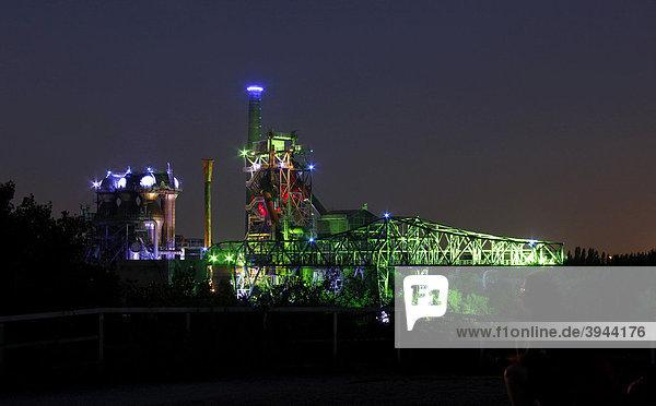 Illuminierte Industrieanlagen im Landschaftspark Duisburg-Nord  ehemaliges Hüttenwerk Meiderich  Duisburg  Nordrhein-Westfalen  Deutschland  Europa