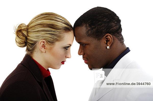 Dunkelhäutiger Mann und weiße Frau Kopf an Kopf