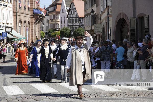 Mittelalterlicher Umzug in Wissembourg  Elsass  Frankreich  Europa