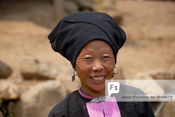 Armut  Portrait  Profil  Ethnologie  Frau der Yao Ethnie gekleidet in Tracht lacht  Turban als Kopfschmuck  Dorf Ban Namma Noi  Distrikt Gnot Ou  Yot Ou  Provinz Phongsali  Phongsaly  Laos  Südostasien  Asien