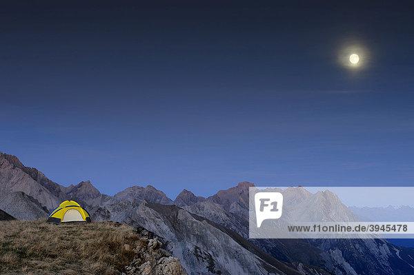 Zelt auf Hochfläche vor Alpengipfeln mit Vollmond  Kaisers  Lechtal  Außerfern  Tirol  Östereich  Europa