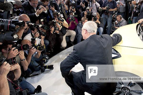 Martin Winterkorn  Vorstandsvorsitzender der Volkswagen AG  bei der Vorstellung der Studie des VW-Elektroautos e-up  umringt von Fotografen  während der Group Night der Volkswagen AG zur 63. Internationalen Automobilausstellung IAA 2009 in Frankfurt am Main  Hessen  Deutschland  Europa