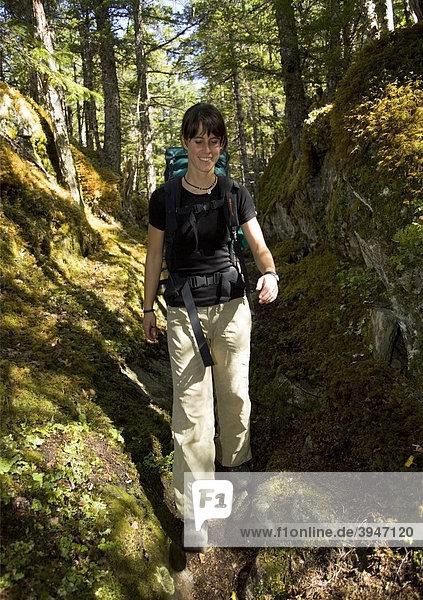 Junge Frau beim Wandern  Pacific Northwest Coastal Rain Forest  Regenwald  historischer Chilkoot Pfad  Chilkoot Pass  Alaska  USA