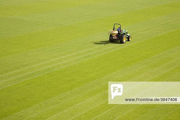 Rasen  Traktor  Spielfeld Rasen, Traktor, Spielfeld