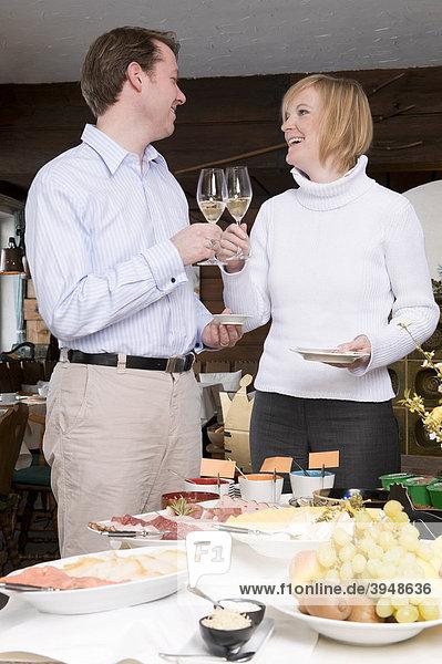 Junges Paar am Frühstücksbuffet eines Hotels