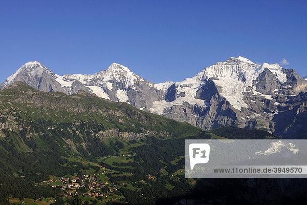 Die drei berühmten Berggipfel in den Alpen bei Interlaken  Eiger  Mönch und Jungfrau mit der Ortschaft Wengen im Tal  Kanton Bern  Schweiz  Europa