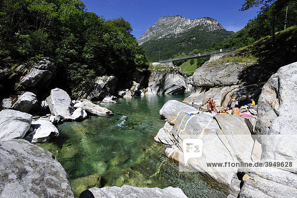 Die Verzasca fließt durch das gleichnamige Tal  Kanton Tessin  Schweiz  Europa Kanton Tessin