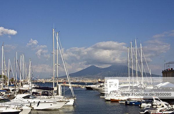 Vulkan Vesuv vom kleinen Hafen von Borgo Marinaro aus  Neapel  Kampanien  Italien  Europa