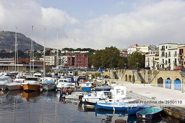 Der Hafen von Pozzuoli  Neapel  Kampanien  Italien  Europa