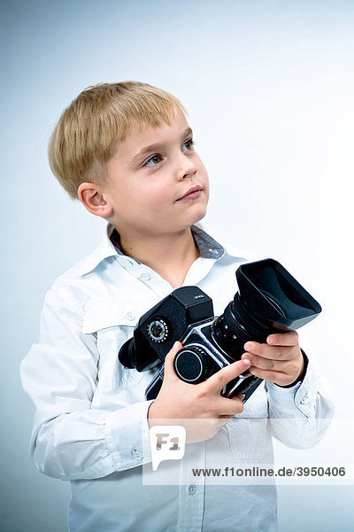 6-jähriger Junge mit der Fotokamera