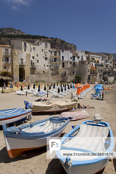 Fischereihafen  Strand  Cefalu  Provinz Palermo  Sizilien  Italien  Europa